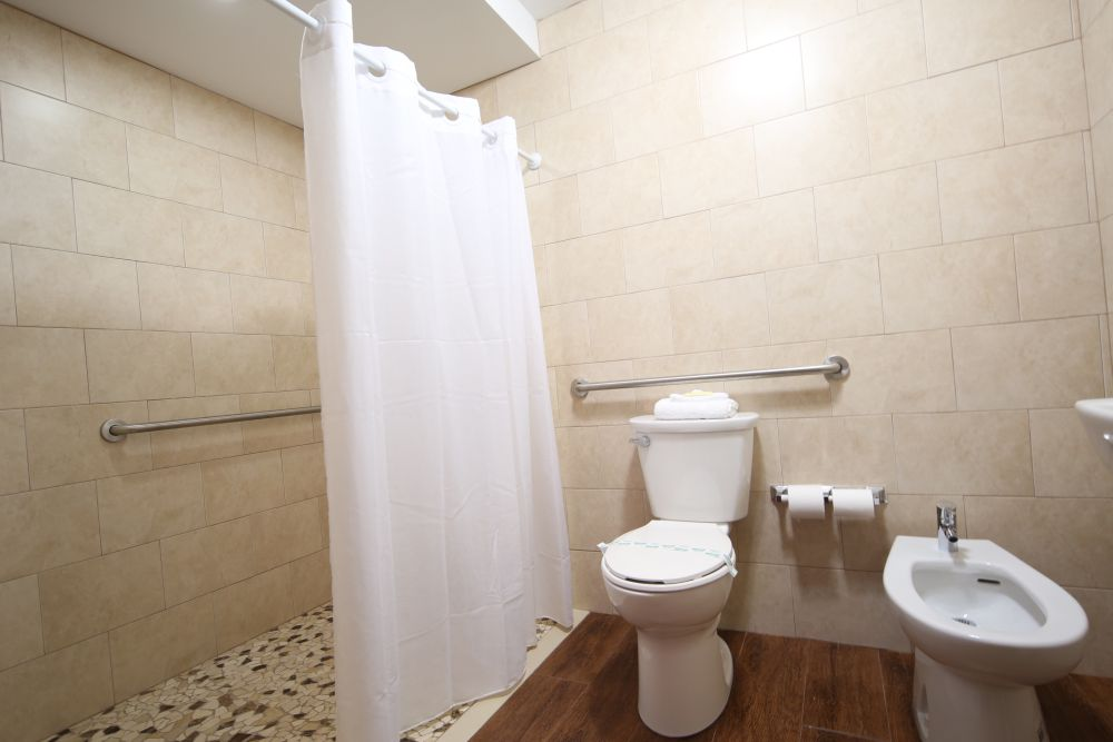 https://evergladesmotel.com/wp-content/uploads/2013/10/Bathroom.jpg